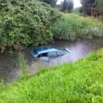 Auto vliegt uit bocht en gaat te water aan de Boezemweg in Barendrecht