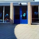 Vandalen spuiten in paasweekend graffiti op ramen van basisschool De Ark