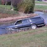 Bestuurder onwel, auto te water aan de Leedeweg