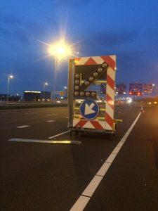 Voertuig raakt pijlwagen op A15 bij Barendrecht