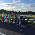 Auto over de kop geslagen op de A15, persoon bekneld