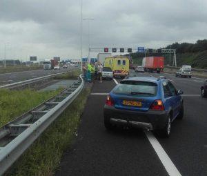 Ongeval tussen auto en vrachtwagen op A15: Vangrail verbogen