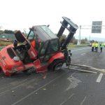 Heftruck en lading van vrachtwagen gevallen: A29 afgesloten
