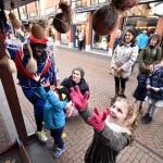 Hulp-Pieten behalen diploma op de Middenbaan in Barendrecht (Sinterklaas 2015)