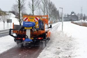 Sneeuw schuiven en strooien op het fietspad langs de rondweg (Sweelincklaan) in Barendrecht