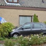Auto tegen het huis aan de Dorpsstraat
