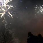 Mensen kijken naar vuurwerk