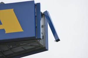 Stormschades: Loshangend reclamebord IKEA en omgewaaide boom in Barendrecht