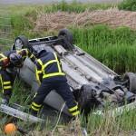 Auto op zijn kop in de sloot aan de Fennaweg in Barendrecht