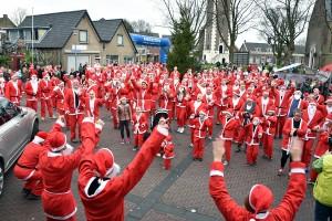 Santa Run: Kerstmannen en vrouwen rennen door Barendrecht (2015)