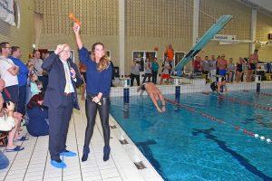 Hulpverleners zwemmen de klok rond: ruim €6.000 opgehaald voor Roparun