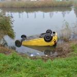 Auto op zijn kop te water na aanrijding aan de Kilweg in Barendrecht