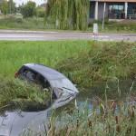 Auto rijdt vanaf rotonde de sloot in langs de Carnisserbaan in Barendrecht