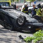 Auto op zijn kop na botsing tegen boom aan de Zuidersingel in Barendrecht