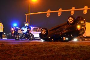 Auto op zijn kop en dronken doorrijder bij dubbele aanrijding Dierensteinweg in Barendrecht