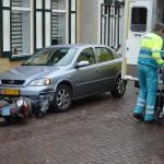 Scooter komt ten val tegen bumper van auto aan de Dorpsstraat in Barendrecht