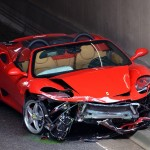 Ferrari botst tegen tunnelwanden aan de Boezemweg in Barendrecht
