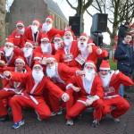 Santa Run: Kerstmannen en vrouwen rennen door centrum Barendrecht