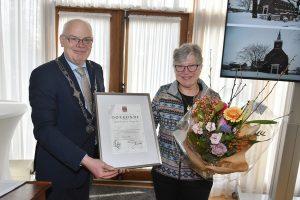 Mevrouw Van den Boogert-Vis ontvangt waarderingsspeld voor 25 jaar vrijwilligerswerk