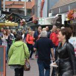 Winkelend publiek op de Middenbaan, Barendrecht