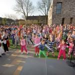Ochtendgymnastiek in pyjama en onesies bij Koningsspelen Het Kompas (Barendrecht)
