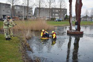 Jongetje door ijs gezakt, brandweer helpt hem en zusje van kunstwerk af aan Strausslaan