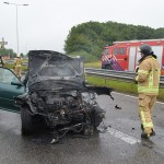 Auto klapt in vangrail en vliegt in brand op afrit A29 Barendrecht/Carnisselande