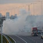 Auto in brand, rookgordijn trekt over snelweg A15 in Barendrecht (Carnisselande)