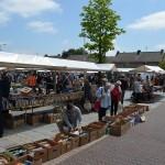 Rommelmarkt op het gemeentehuisplein in Barendrecht