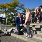 Bijzonder huwelijksaanzoek op het gemeentehuisplein Barendrecht