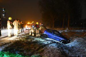 Auto raakt tijdens sneeuwbui van Achterzeedijk, bestuurder verdwenen