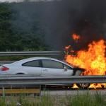 Auto in brand op de A15, rook trekt over Bijdorp en Nieuweland in Barendrecht