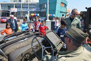 Stormbaan, legervoertuigen en muziek bij Barendrechtse Veteranendag