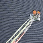 Dakpan valt van kerk aan de Ploegwei: Brandweer met de ladder omhoog