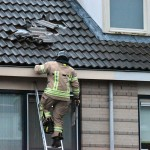 Losgewaaide dakpannen op dak van woning aan de Mazurkastraat in Barendrecht