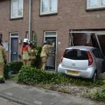 Auto met meisje achter het stuur rijdt woning binnen aan De Ruijterstraat in Barendrecht