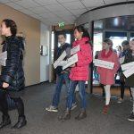Kinderen naar presentatie Open Limonade Barendrecht in het gemeentehuis