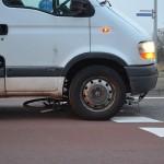 Fietser beland onder auto na aanrijding op de Dierensteinweg in Barendrecht