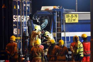 Vrachtwagenchauffeur ruim 2 uur bekneld in cabine bij groot ongeval op A15