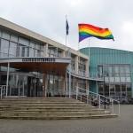D66: Regenboogvlag hijsen op gemeentehuis tijdens Coming-Out Day