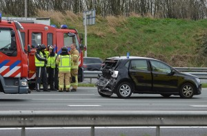 Vrachtwagen klapt achterop lesauto op de A15 bij Barendrecht