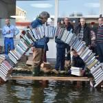 Presentatiedag CultuurLocaal begint met een plons: Boekenbrug ingestort