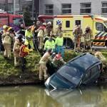 Twee personen in auto te water aan de Zuidersingel in Barendrecht