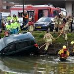 Echtpaar met auto te water aan de Reling: Zoeken naar redder die ze te hulp schoot