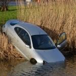 Auto te water naast de Carnisserbaan (thv de GROEN-Rotonde) in Barendrecht
