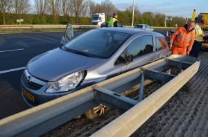 Auto klapt tegen vangrail op de A29 bij Barendrecht