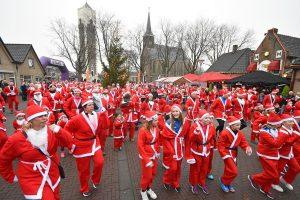 250 kerstmannen en vrouwen lopen €7.000 bij elkaar voor Hospice De Reiziger