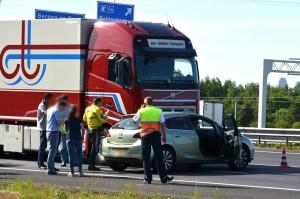 Personenauto dwars voor vrachtwagen op A15 Barendrecht