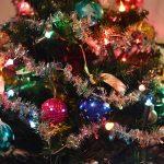 Kerstboom met lichtjes, slingers en kerstballen