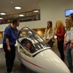 Vliegtuig 'vliegt' school binnen, Calvijn Groene Hart Barendrecht